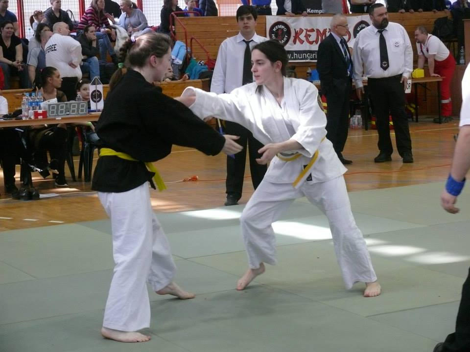 Takács Laure (jobbra) küzdelem közben