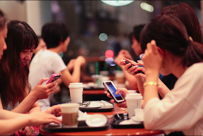 girls-bloggers-smartphone-over-sharing-too-much-private-life-blog-personal-style
