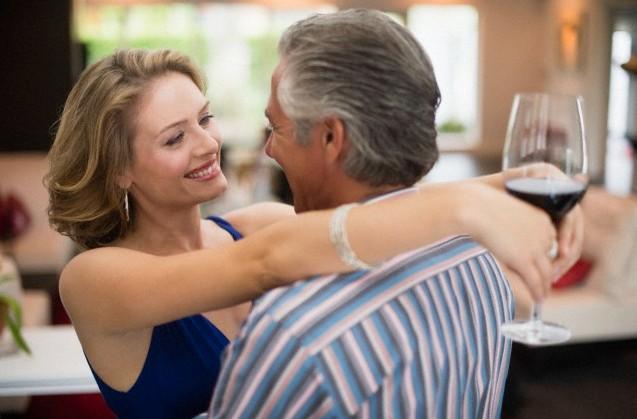 Fiatalabb lány idősebb srác randi
