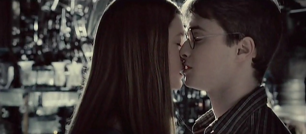 Harry-Ginny-kiss-Close-up-couples-from-harry-potter-6961171-1280-560
