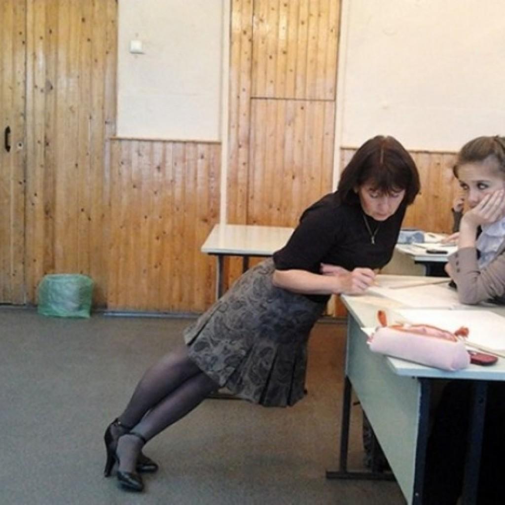A legjobb módja, hogy megértsd a geometriát, ha a tanár saját testével mutatja be a szögeket.
