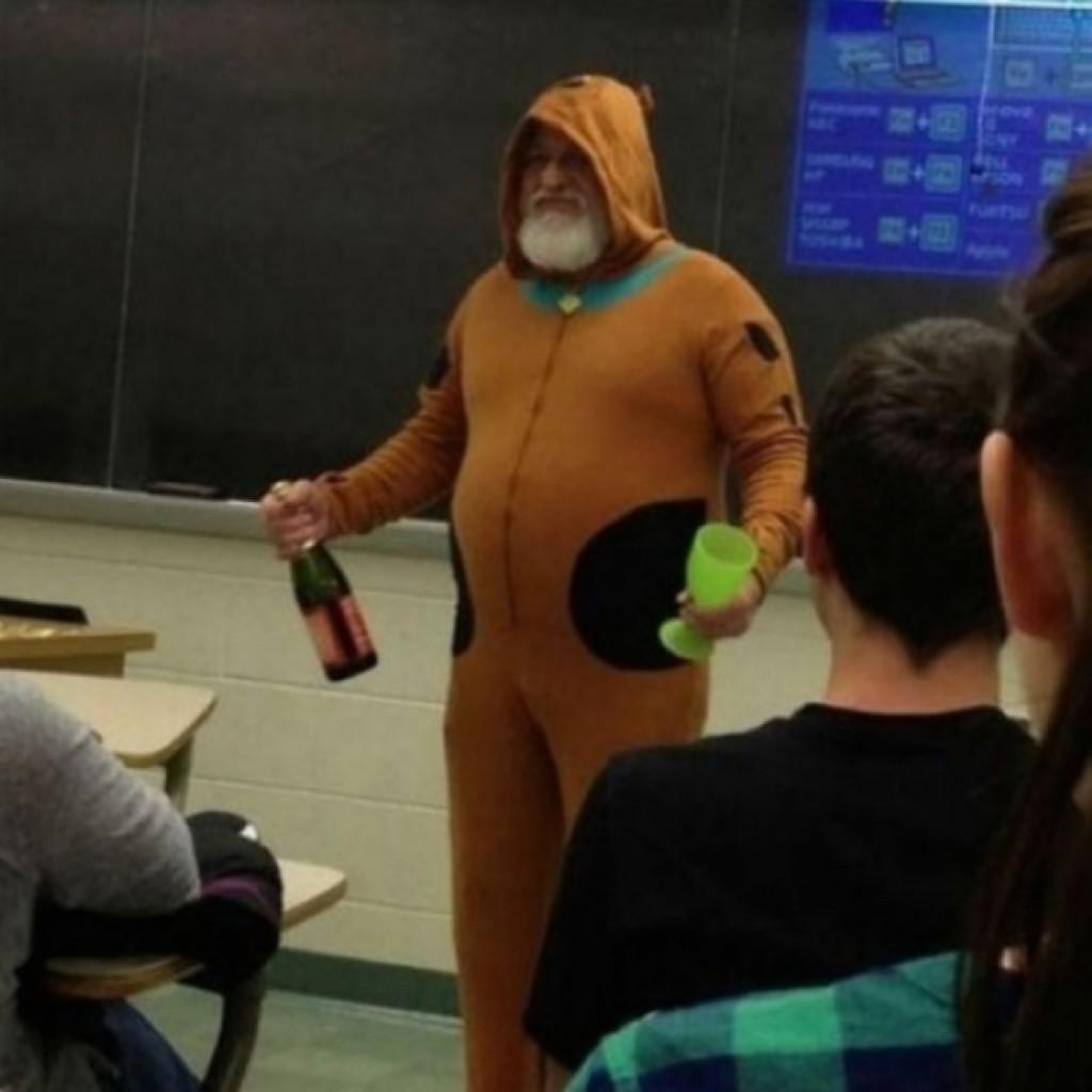 Ez a tanár megfogadta, ha mindenki átmegy a vizsgán Scooby Doo jelmezben, alkoholmentes pezsgőt iszogatva tartja az órát. A teszten mindenki átment....