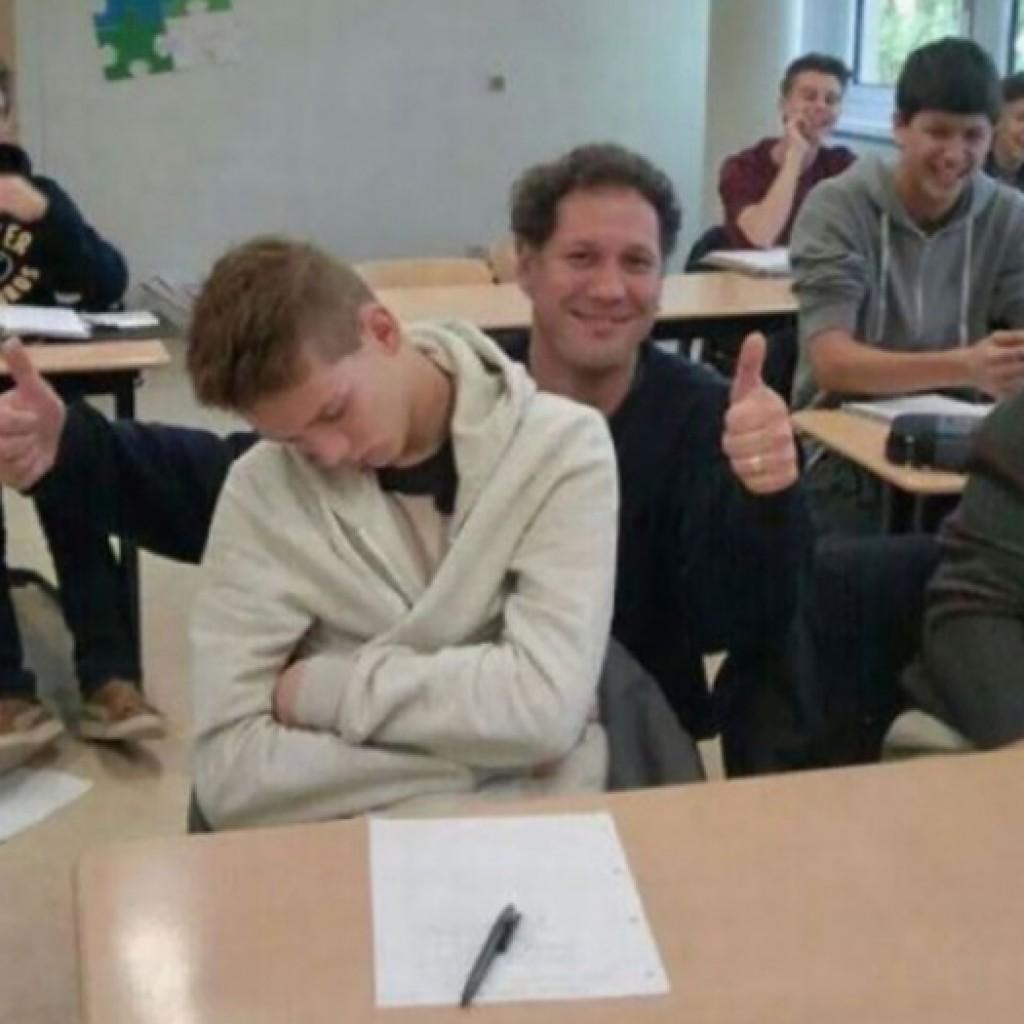 A diák elaludt az órán. Ez a tanár azonban nem ébresztette fel, hanem készített vele egy közös fotót.