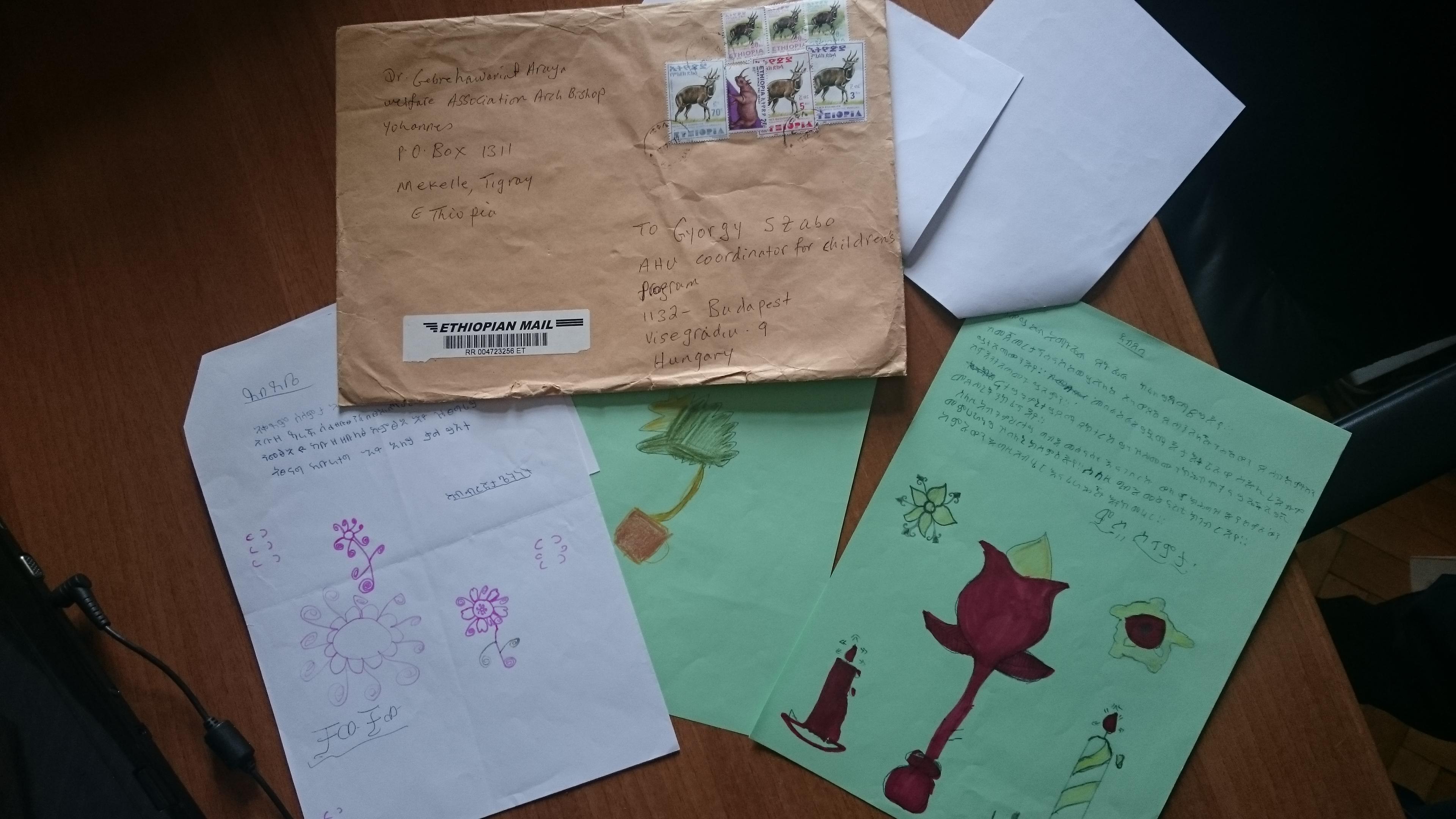 Etióp gyerekek levelei magyar támogatóiknak. Rajzokkal is díszítik a leveleket a gyerekek, és megfigyelhetitek a az etióp bélyegeket is  a borítékon.