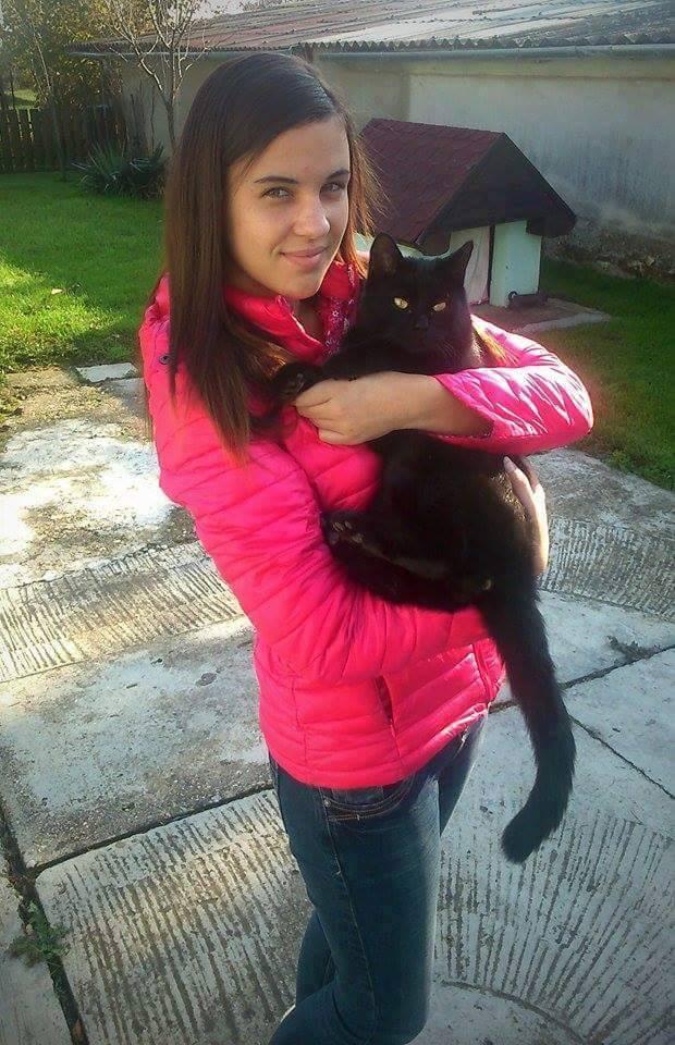 Dara Viktória és cicája