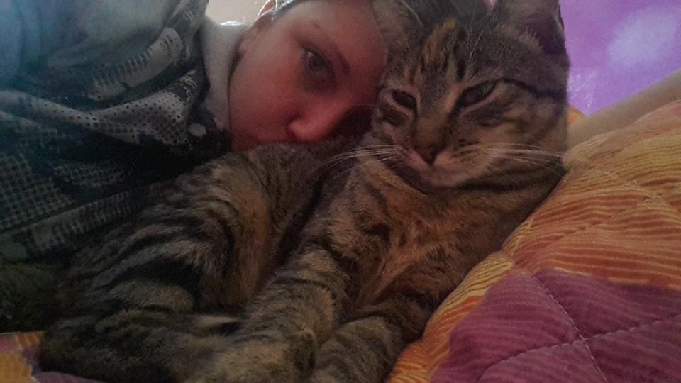 Oláh Brigitta és cicája