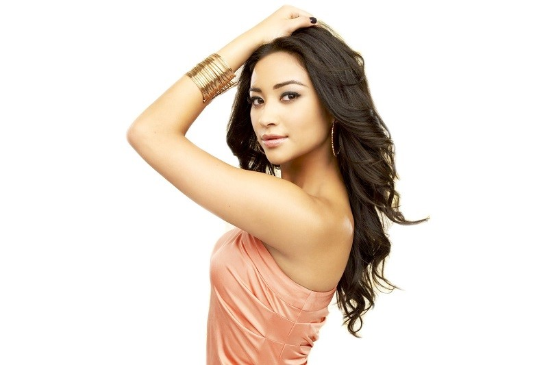 ooo-SHAY-MITCHELL-PRETTY-LITTLE-LIARS-facebook