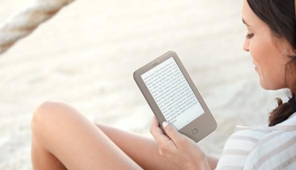 tolino-page-eReader-Frau-reading-eBook-reader-tolino-page_tolino-Cloud